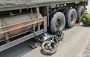 Video: Kinh hoàng xe buýt chạy tốc độ cao đâm vào dải phân cách