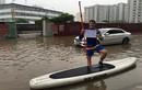 """Danh tính chàng Tây lái """"thuyền ôm"""" ngày Hà Nội ngập lụt"""