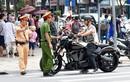 Ảnh: Xe máy, hàng rong tấn công phố đi bộ quanh Hồ Gươm