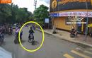 """Đi sai làn, """"nữ ninja"""" xe đạp điện lì lợm mắng tài xế container"""