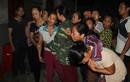 Trắng đêm chờ đón thi thể các nạn nhân nổ xe khách ở Lào