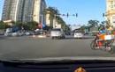 Video: Tài xế xe máy dùng điện thoại bị ôtô đâm trúng