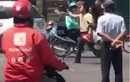 Video: Người đàn ông cầm dao chém xe khách, bị đánh dã man