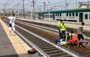"""Hứng gạch đá vì """"tự sướng"""" bên tai nạn tàu hỏa"""