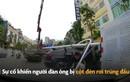 Phát hoảng cột đèn rơi trúng đầu người đi đường ở Trung Quốc