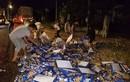 Đẹp nhất ngày đầu năm: Người dân hò nhau giúp gom hàng trăm thùng bia đổ đầy đường
