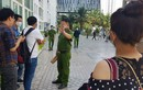 Cảnh sát 'nhập vai' tiến sĩ Bùi Quang Tín trong buổi thực nghiệm lại hiện trường