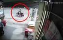 Video: Tự ngã xuống đường, người đàn ông bị xe ben cán thương tâm