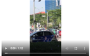 Video:Cầm gạch thách thức, tài xế grab bị đánh túi bụi