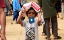 Video: Người dân vượt 10 km đường rừng để nhận hàng cứu trợ
