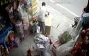 Video: Xe tải nổ lốp, tông hàng loạt xe trên đường