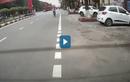 Video: Nam sinh không nhìn đường, lao thẳng xe vào ôtô