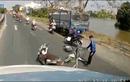 """Video: Chặn container để """"ăn vạ"""", người đàn ông bị lôi vào lề đường"""