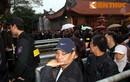 Nghìn người đội mưa từ 1h sáng chờ phát ấn đền Trần