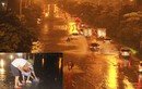 Mưa lớn, đường biến thành sông người dân bắt cá trên đường Hà Nội