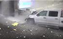 Video: Xe bán tải lao như tên bắn vào sân bay, đâm thủng tường