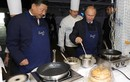 Tổng thống Putin mang tạp dề làm bánh kếp mời Ông Tập Cận Bình