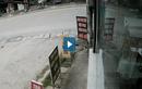Video: Xe máy sang đường bị xe tải đâm từ phía sau