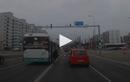 Video : Kẹp chân vào cửa, người đàn ông bị xe buýt kéo lê