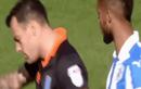 Video : Cầu thủ thản nhiên đọc trộm chiến thuật của đối thủ