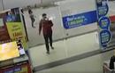 Video : Người đàn ông đâm đầu vào cửa kính siêu thị