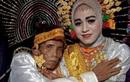 Cầu hôn mẹ không được, người đàn ông 58 tuổi quay sang cưới luôn con gái