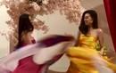 """Tái hiện màn nắm tay trao giải, Khánh Vân - Kim Duyên tốc váy """"choảng"""" nhau"""