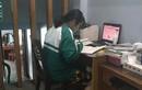 Nữ sinh gương mẫu: Học online vẫn mặc đồng phục, đeo khăn quàng đỏ
