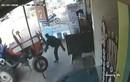 Video: Chờ xe buýt, người đàn ông bị xe đầu kéo tông kinh hoàng