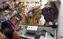Video: Vờ mua đồ, nam thanh niên rút dao đâm nhân viên cướp tiền, vàng