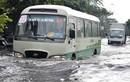Mưa như trút nước, nhiều tuyến phố Sài Gòn ngập nặng
