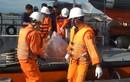 Người thân đau đớn nhận thi thể thuyền viên tàu Hải Thành 26