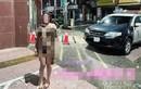 Khỏa thân chụp ảnh trước đồn cảnh sát, cô gái gặp họa