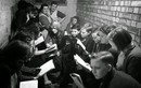 Góc ảnh độc lạ trẻ em Anh đi học thời Thế chiến 2