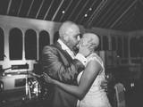 Xúc động cô dâu cạo trọc đầu động viên chồng ung thư