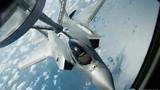 """Xem tiêm kích F-35A """"bú sữa"""""""