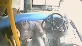 Video: Cột đèn đâm thủng xe bus, tài xế suýt chết