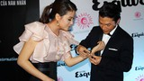Trương Ngọc Ánh ngượng ngùng khi được chồng đeo vòng tay