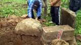 """Dân làng Tứ Kỳ """"quây"""" công nhân đào trộm mộ"""