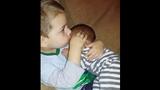 Clip cậu bé 3 tuổi ru em ngủ cực đáng yêu
