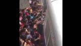 """Không dám nhìn cảnh bắt tàu hỏa kiểu """"hành xác"""" ở Ấn Độ"""