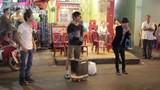 Clip Thánh bàn chải, Lệ Rơi hát gây tắc đường Sài Gòn