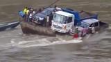 Hãi hùng xem màn giải cứu người qua sông bị chìm phà