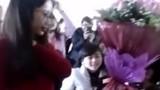 Bé trai tặng hoa cho nữ sinh ĐH Vinh gây xôn xao
