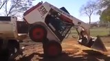 Xe ủi leo lên thùng xe tải bằng cách nào?