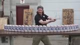 Nể người đàn ông chém một nhát đứt hàng chục lon bia