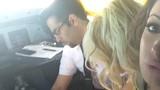 """Video: Phi công """"vui vẻ"""" với người mẫu trong buồng lái"""