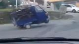 Cười vỡ bụng xem xe ba gác làm xiếc trên đường