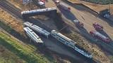 Tai nạn kinh hoàng: Tàu hỏa chẻ đôi xe rơ moóc