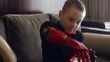 Em bé khuyết tật 7 tuổi được lắp cánh tay siêu nhân